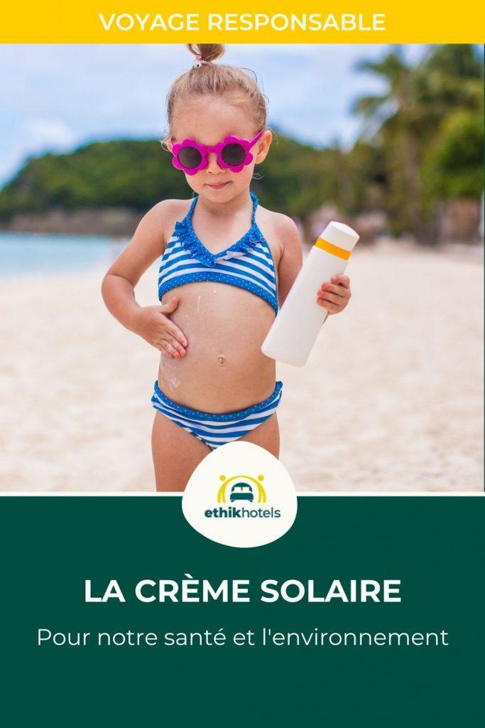 Creme solaire - visuel Pinterest 2 - Petite fille sur une plage avec un maillot de bain 2 pieces blanc et bleu des lunettes de soleil en étoile rose entrain de se mettre de la creme solaire