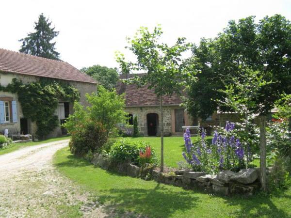 Photo du jardin fleuri où l'on peut également apercevoir les bâtiments en pierre