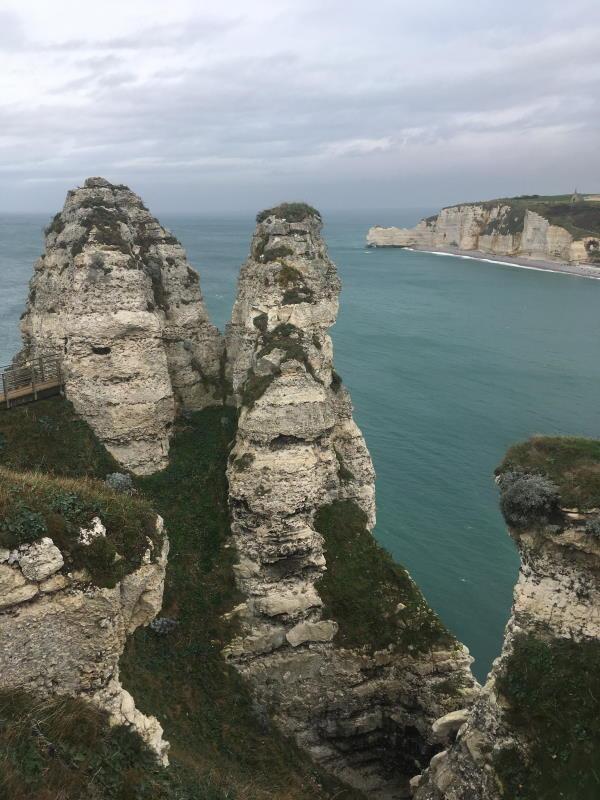 Photo prise au dessus de l'arche où l'en devine en face de l'autre coté de la plage l'église au dessus des falaises