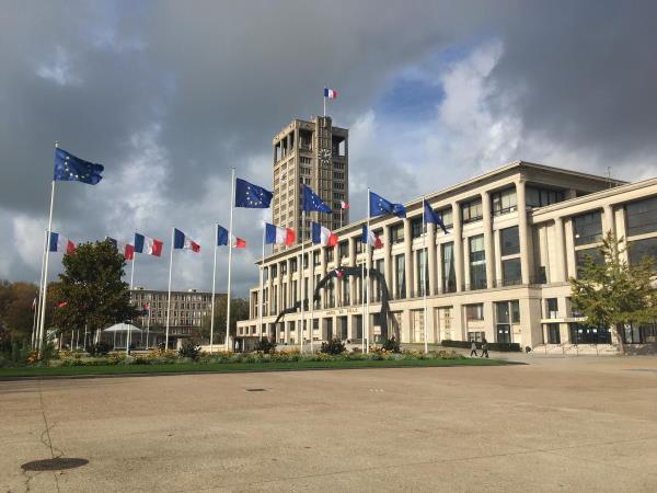Photo de la mairie du Havre avec les drapeaux qui volent au vent