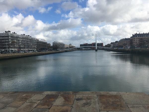 Week end au Havre :  Le pont moderne blanc sur le bassin
