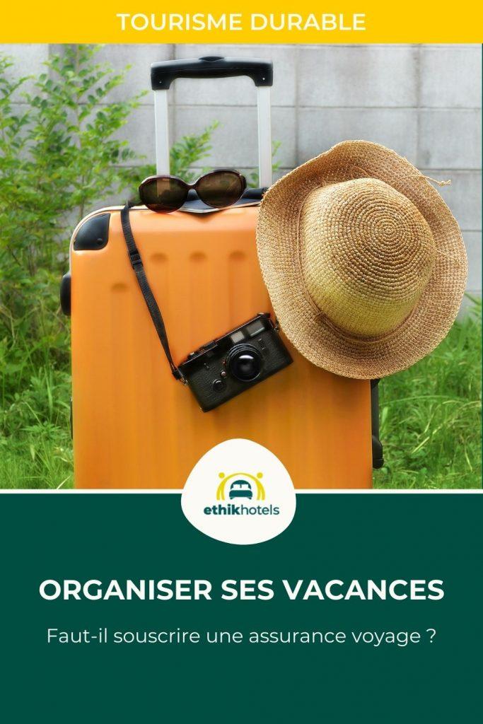 Assurance voyage - visuel Pinterest 3 - valise orange dans un jardin avec dessus un appareil photo, des lunettes de soleil et un chapeau de paille
