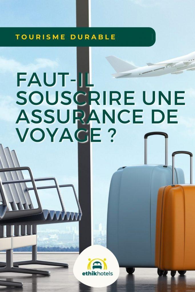 Assurance voyage - visuel Pinterest 1 -1 valise bleue et 1 orange dans la salle d'embarquement d'un aeroport et en arrière plan un avion qui decolle