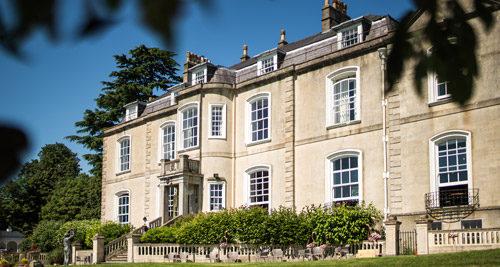 Photo du batiment principal dans le style classique anglais : architecture victorienne.De grandes fenêtres donnent sur le parc.