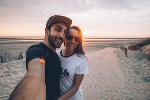 Selfie des bestjobers sur une plage au couché de soleil