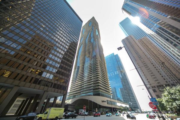 Radisson Blu - photo prise depuis la rue avec la façade décorée de vague