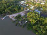 amazone-lodge-oyack - vue du ciel la rivière, l'embarcadère, les palmiers et derrières les villas et la piscine