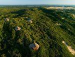 Dunes de Dovela - Vue aérienne de l'ecolodge où l'on voit les bungalows bien intégré dans la forêt côtière et les dunes