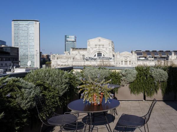 Starhotels E.c.ho - Photo prise sur la terasse de l'hotel fleurie et amenagée avec vue sur la gare
