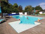 Le Relais de la Cavayere - Photo de la piscine avec une terrasse en bois et escalier dans le coin