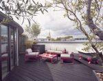 Grande terrasse avec salon de jardin rose
