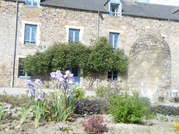 corps de ferme en pierres avec son joli jardin fleurie