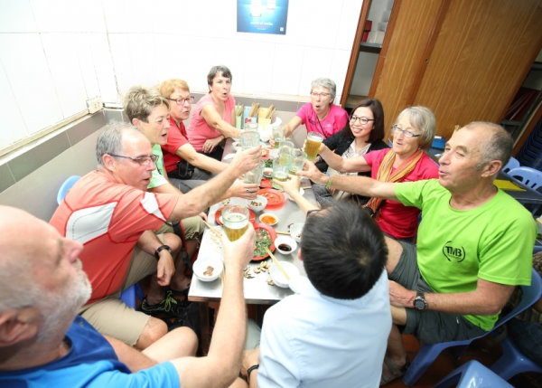 regroupement pour manger autour d'une grande table