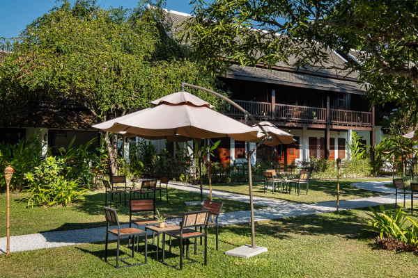 cours exterieure ave table et chaises hotel au laos.
