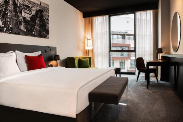 chambre lit double avec grande fenêtre