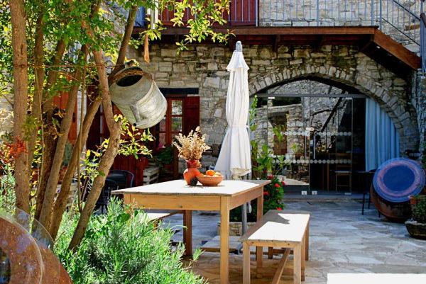 extérieur en pierres de l'hotel avec plante
