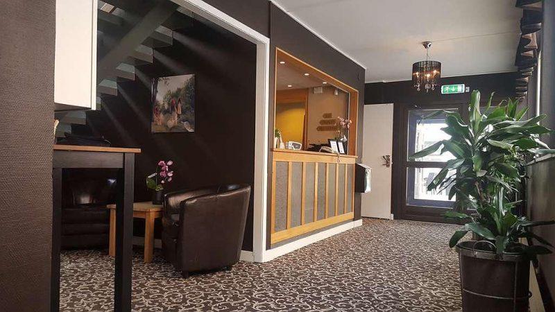 Hall d'hotel murs marrons bar de réception en bois