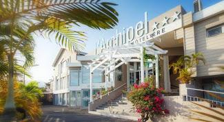 Résidence archipel avec ses palmiers et ses fleurs