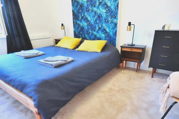 chambre d'hotel avec draps bleus