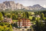 Càmina Suite&Spa - photo prise du ciel sur le batiment et derrière les montagnes