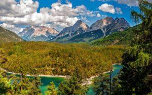 Magnifique paysage avec vue sur les montagne et un cours d'eau montagne