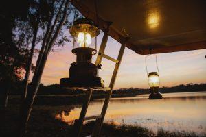 vue sur des lanternes au bord de l'eau au coucher du soleil