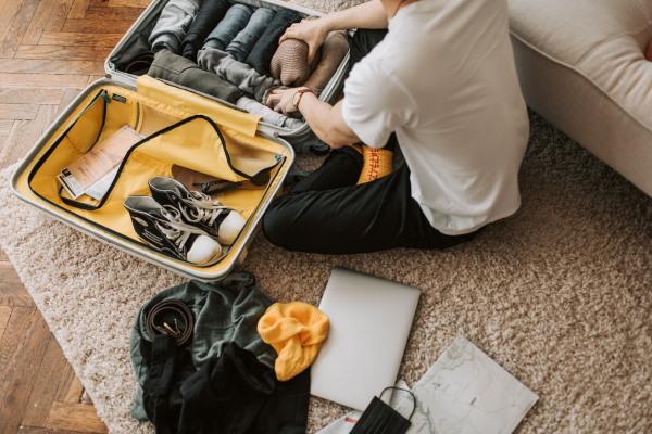 valise jaune avec vêtements
