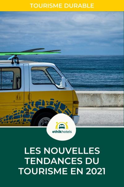 nouvelles tendances du tourisme - van jaune et blanc garé en bord de mer avec sur son toit des planches de surf
