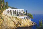 Hotel de murs blancs avec design moderne et épuré, construit le long de la roche avec accès direct à la mer