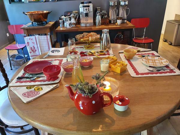 Table du petit dejeuner avec de la vaisselle rouge