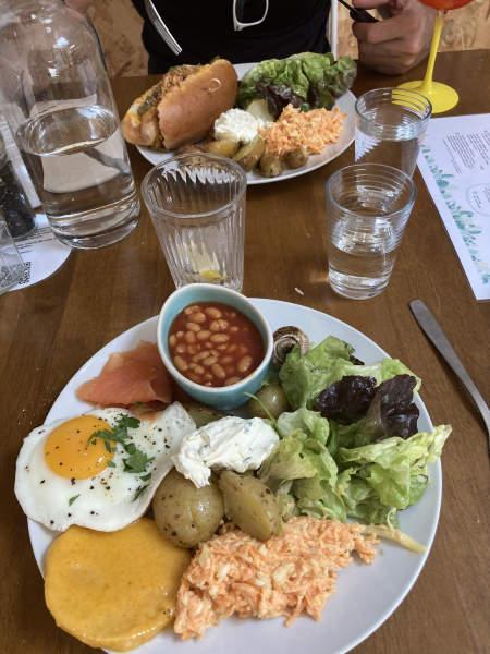 Restaurant locavore amiens - robin room - photo de l'assiette d'œuf Benedicte et de celle du hot dog