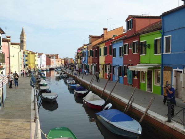 Photo d'un canal sur l'ile de Burano avec ses maisons colorées dans la lagune de venise