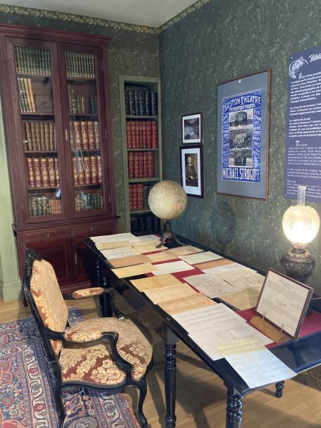 week-end amiens - maison jules verne - bureau de Jules Vernes avec beaucoup de papier dessus