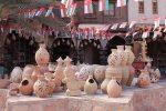 Etalage de poterie devant un magasin de souvenir sur un lieu touristique