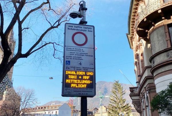 Panneau mentionnant l'entrée de la zone à trafic limité : c'est un panneau blanc avec un cercle rouge