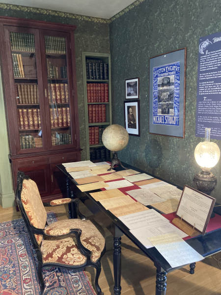 week-end amiens - maison jules verne - desk of Jules Vernes with lots of paper on it