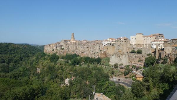 Photo panoramique du village de Pitigliano construit à flanc de falaise