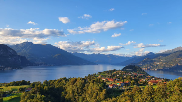 Photo prise sur les hauteurs de Bellagio avec une vue panoramique sur le lac et les montagnes