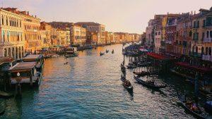 Venise - Grand Canal avec plusieurs gondoliers dessus